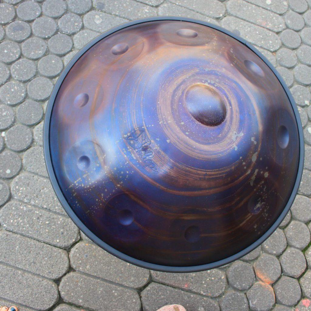 Handpan Instrument mit blau goldener kreativer Färbung