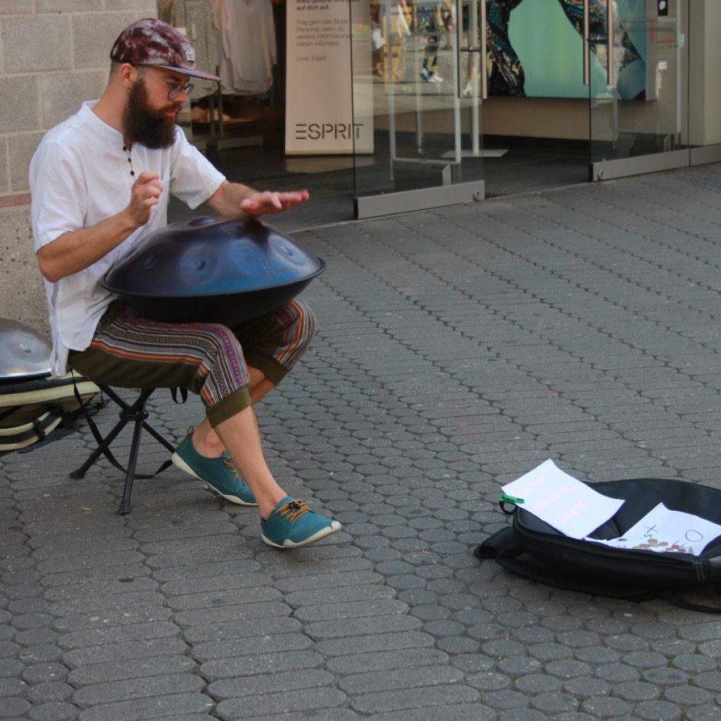Handpan Musiker spielt in der Nürnberger Innenstadt