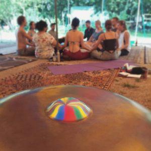 Handpan Musik bei einem Yoga- und Meditationsworkshop auf einem Festival.