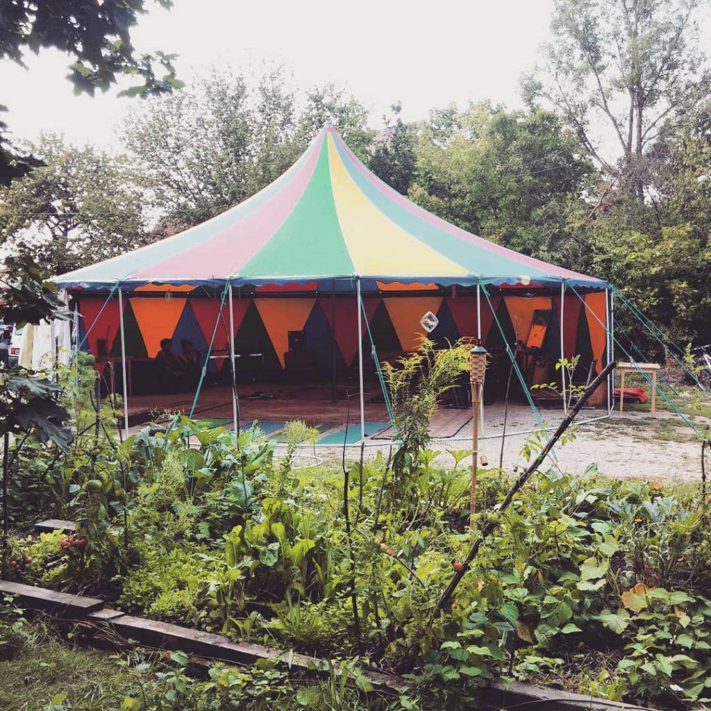 Buntes Zirkuszelt als Location für Handpan Musik